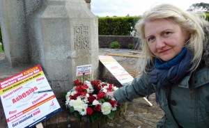 Pat Stevens of UNITE lays a wreath on Workers' Memorial Day 2016